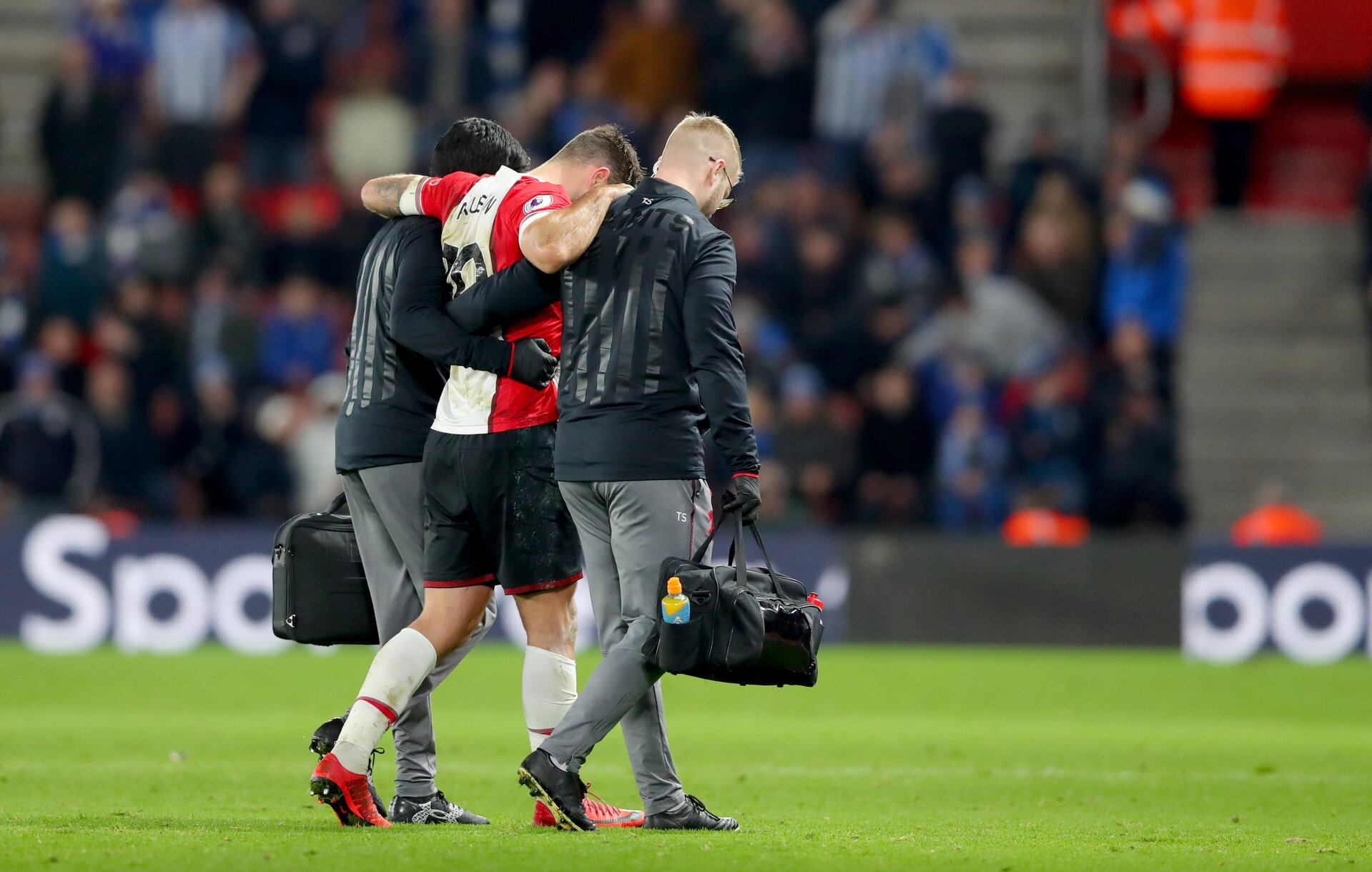 SOUTHAMPTON, ENGLAND - DECEMBER 23: Southampton's Charlie Austin leaves the pitch injured during the Premier League match between Southampton and Huddersfield Town at St Mary's Stadium on December 23, 2017 in Southampton, England. (Photo by Matt Watson/Southampton FC via Getty Images)