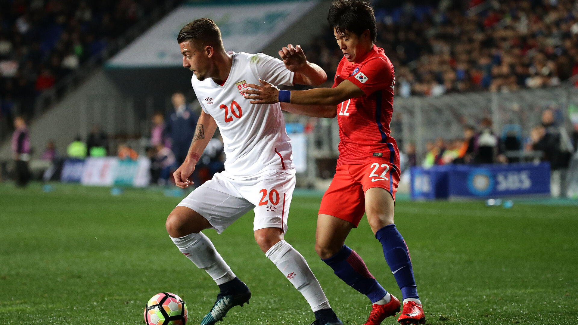 ULSAN, SOUTH KOREA - NOVEMBER 14:  Sergej Milinkovic-Savic of Serbia competes for the ball with Kwon Chang-Hoon of South Korea during the international friendly match between South Korea and Serbia at Ulsan World Cup Stadium on November 14, 2017 in Ulsan, South Korea.  (Photo by Chung Sung-Jun/Getty Images)