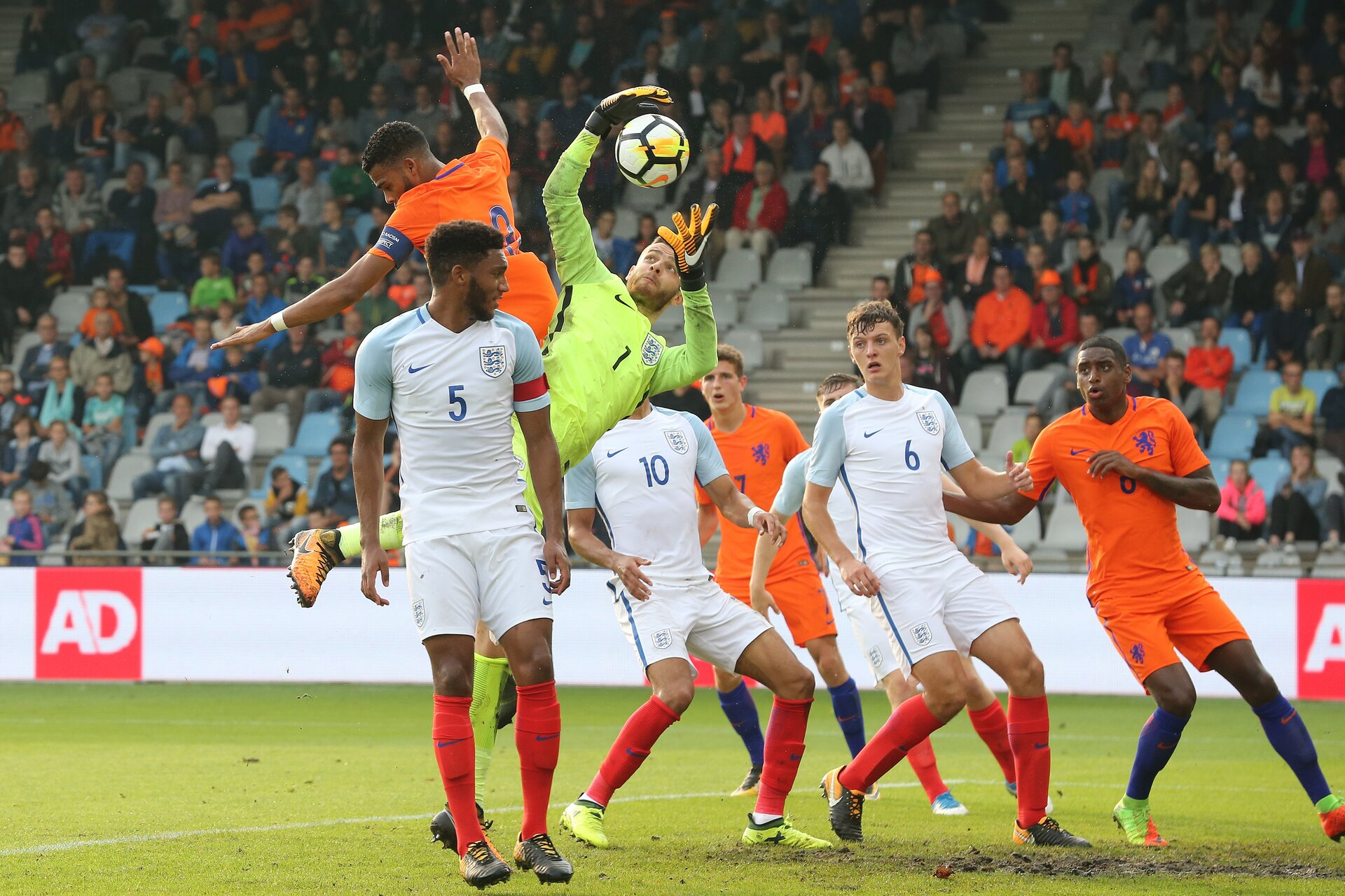 Joe Gomez of England U21, Jeremiah St. Juste of Holland U21, goalkeeper Angus Gunn of England U21, Dominic Solanke of England U21, Guus Til of Holland U21, Dael Fry of England U21, Pablo Rosario of Holland U21 during the EURO U21 2017 qualifying match between Netherlands U21 and England U21 at the Vijverberg stadium on September 01, 2017 in Doetinchem, The Netherlands(Photo by VI Images via Getty Images)