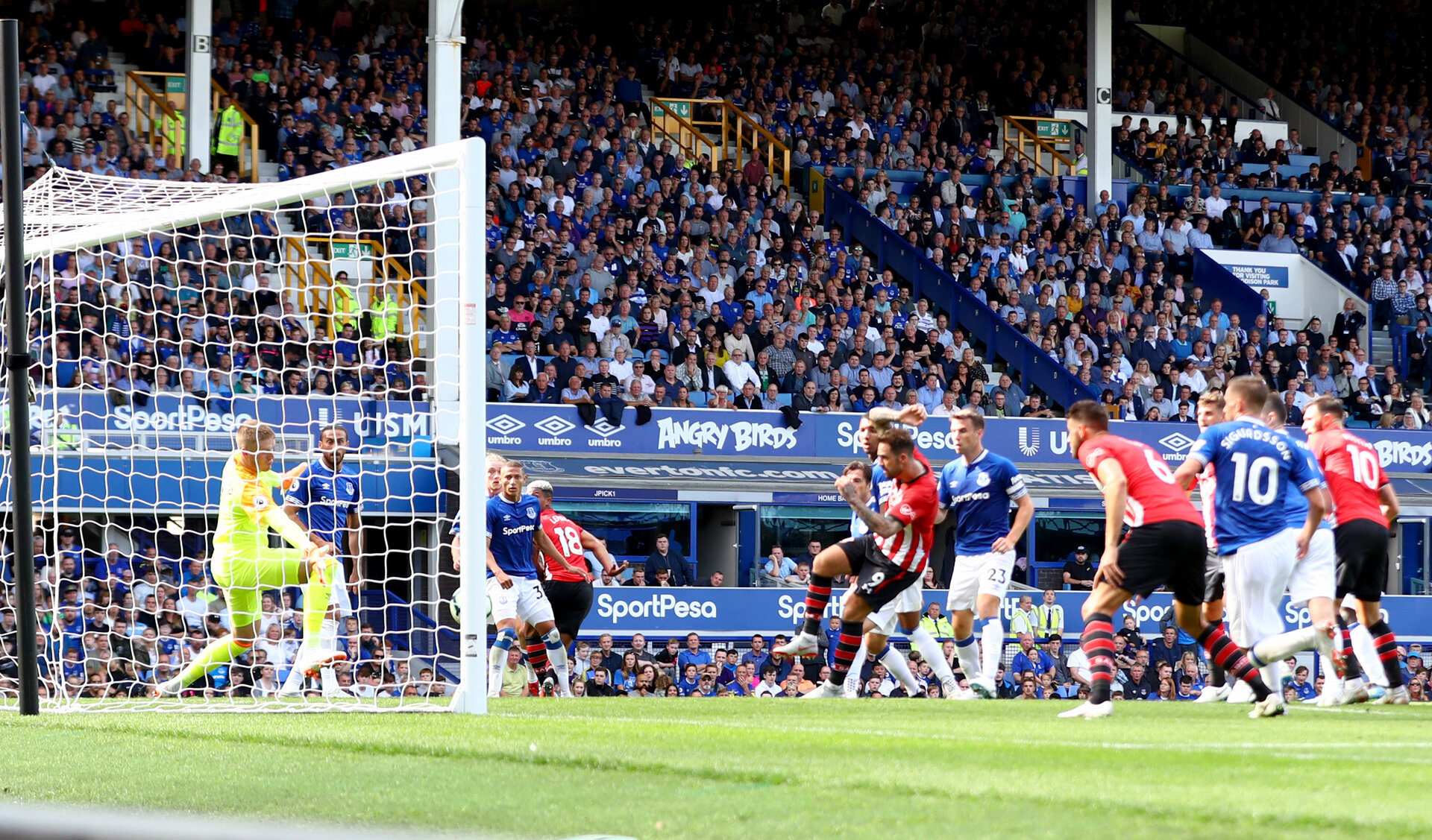 LIVERPOOL, ENGLAND - AUGUST 18: Danny Ings of Southampton scores during the Premier League match between Everton FC and Southampton FC at Goodison Park on August 18, 2018 in Liverpool, United Kingdom. (Photo by Matt Watson/Southampton FC via Getty Images)