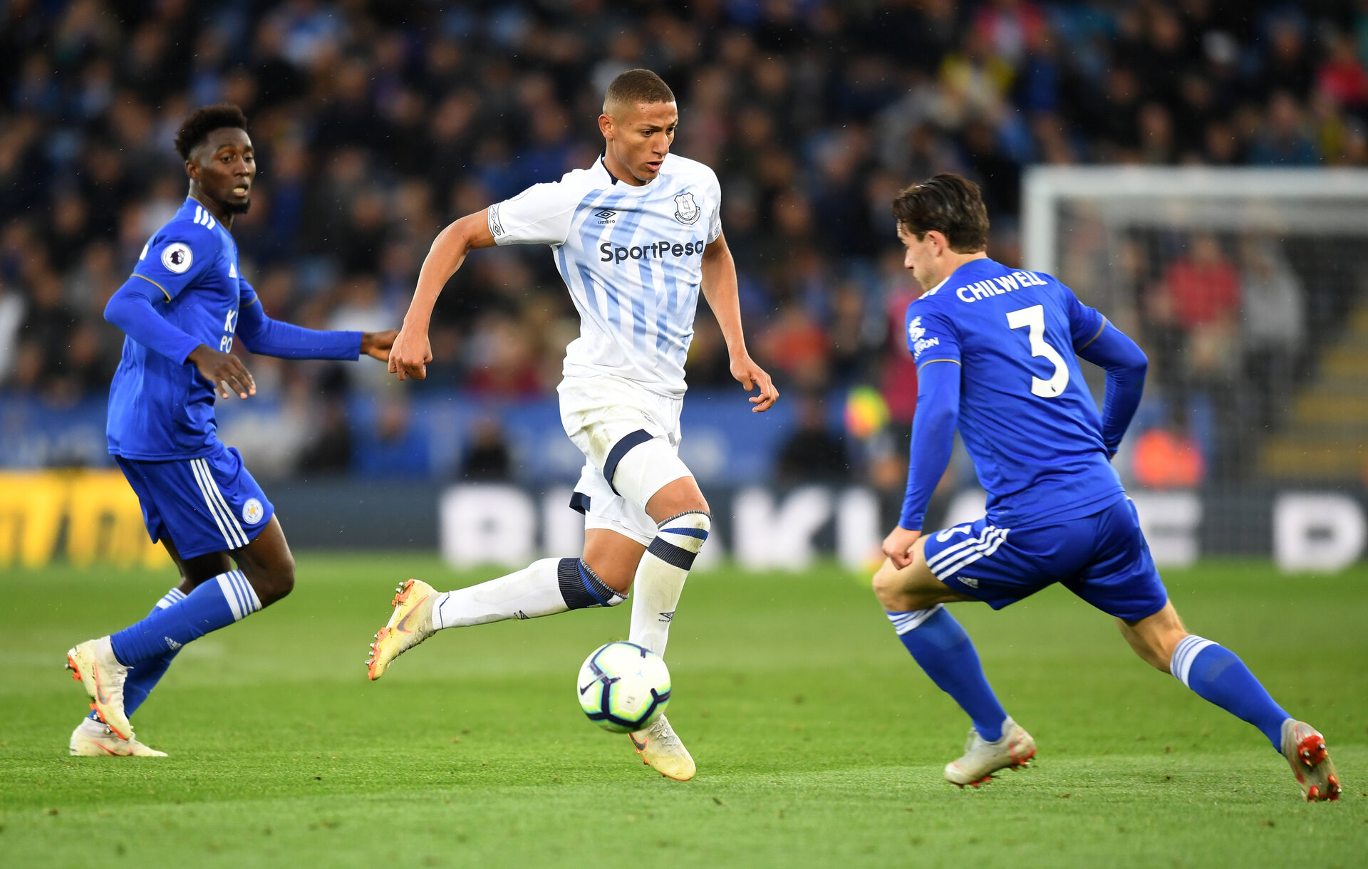 LEICESTER, ENGLAND - OCTOBER 06:  Richarlison of Everton is challenged by Ben Chilwell of Leicester City during the Premier League match between Leicester City and Everton FC at The King Power Stadium on October 6, 2018 in Leicester, United Kingdom.  (Photo by Michael Regan/Getty Images)