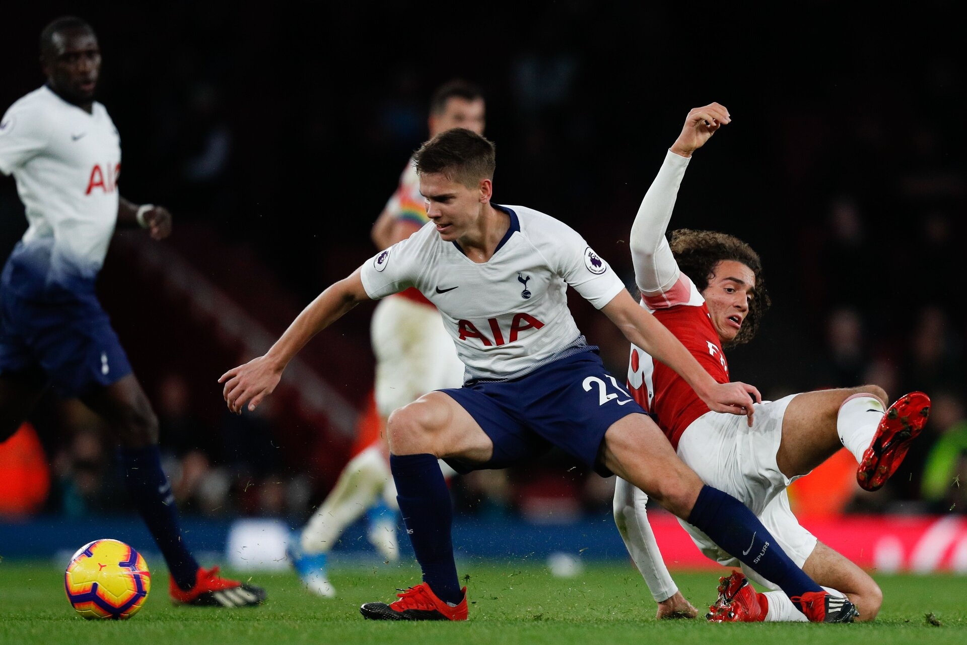 Tottenham Hotspur's Argentinian defender Juan Foyth (C) vies with Arsenal's French midfielder Matteo Guendouzi (R) during the English Premier League football match between Arsenal and Tottenham Hotspur at the Emirates Stadium in London on December 2, 2018. (Photo by Adrian DENNIS / AFP) / RESTRICTED TO EDITORIAL USE. No use with unauthorized audio, video, data, fixture lists, club/league logos or 'live' services. Online in-match use limited to 120 images. An additional 40 images may be used in extra time. No video emulation. Social media in-match use limited to 120 images. An additional 40 images may be used in extra time. No use in betting publications, games or single club/league/player publications. /         (Photo credit should read ADRIAN DENNIS/AFP/Getty Images)