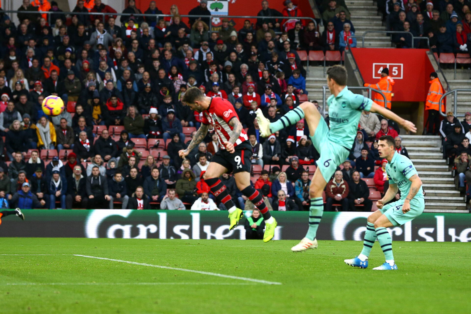 SOUTHAMPTON, ENGLAND - DECEMBER 16: Danny Ings scores (Left) during the Premier League match between Southampton FC and Arsenal FC at St Mary's Stadium on December 16, 2018 in Southampton, United Kingdom. (Photo by James Bridle - Southampton FC/Southampton FC via Getty Images)