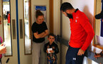 SOUTHAMPTON, ENGLAND - APRIL 17: A young fan meets Charlie Austin of Southampton FC (right) during a trip to Southampton General Hospital pictured on April 17, 2019 in Southampton, England. (Photo by James Bridle - Southampton FC/Southampton FC via Getty Images)