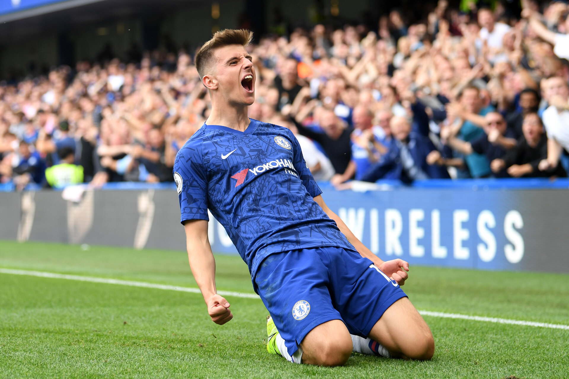 LONDON, ENGLAND - AUGUST 18: Mason Mount of Chelsea celebrates after scoring his team's first goal during the Premier League match between Chelsea FC and Leicester City at Stamford Bridge on August 18, 2019 in London, United Kingdom. (Photo by Michael Regan/Getty Images)