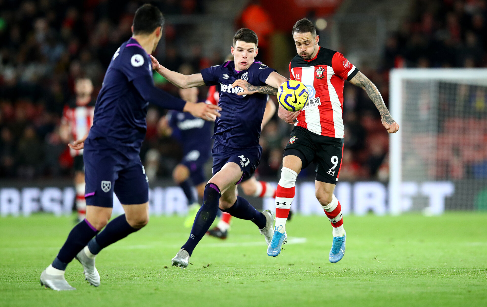 SOUTHAMPTON, ENGLAND - DECEMBER 14: Danny Ings(R) of Southampton under pressure from Declan Rice(L) of West Ham United during the Premier League match between Southampton FC and West Ham United at St Mary's Stadium on December 14, 2019 in Southampton, United Kingdom. (Photo by Matt Watson/Southampton FC via Getty Images)