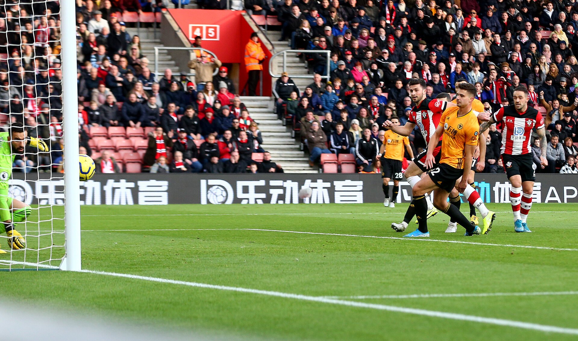 SOUTHAMPTON, ENGLAND - JANUARY 18: Shane Long(L) of Southampton scores with his head to make it 2-0 during the Premier League match between Southampton FC and Wolverhampton Wanderers at St Mary's Stadium on January 18, 2020 in Southampton, United Kingdom. (Photo by Matt Watson/Southampton FC via Getty Images)