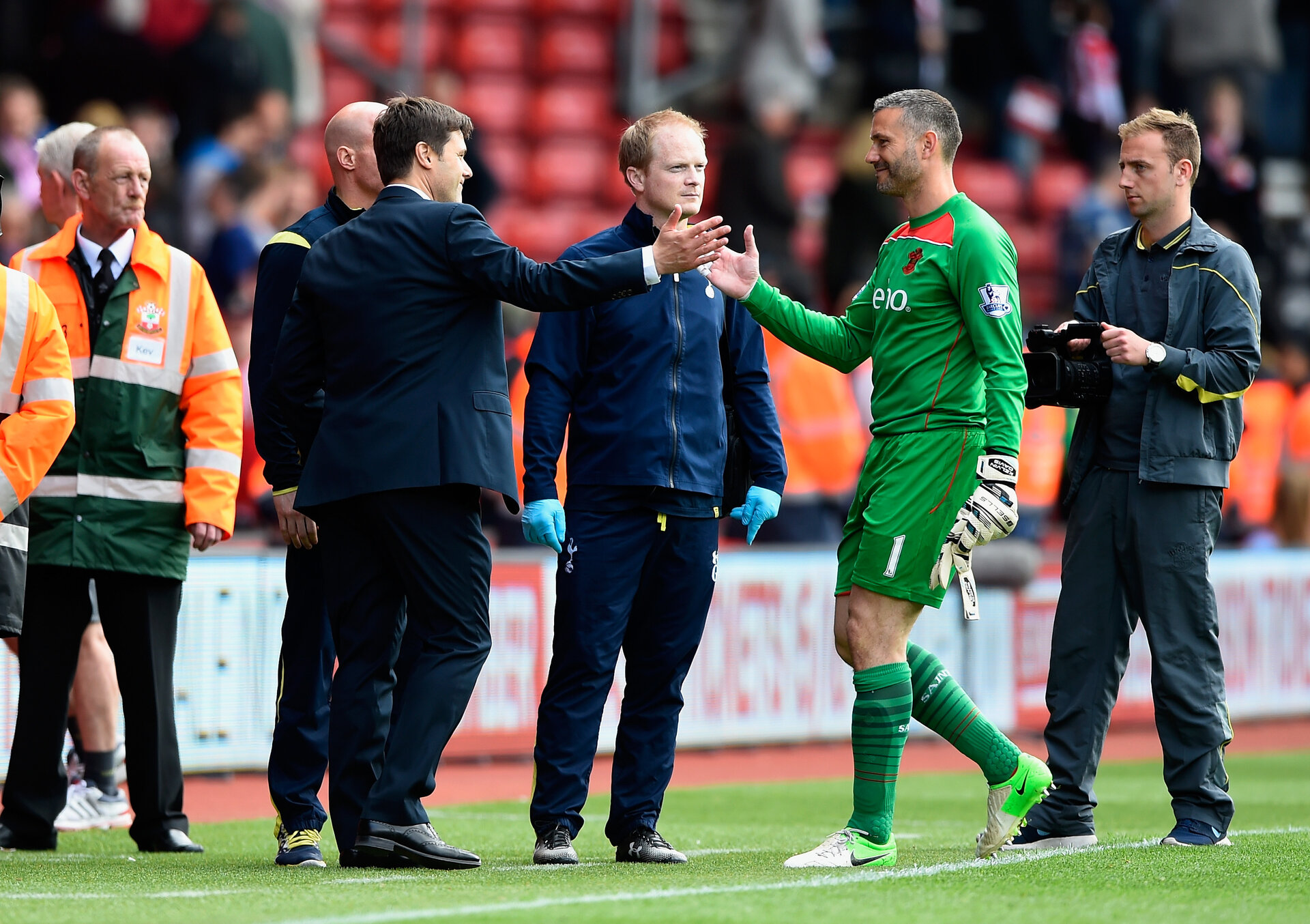 SOUTHAMPTON, ENGLAND - APRIL 25:  Manager Mauricio Pochettino of Spurs shakes hands with Kelvin Davis of Southampton during the Barclays Premier League match between Southampton and Tottenham Hotspur at St Mary's Stadium on April 25, 2015 in Southampton, England.  (Photo by Mike Hewitt/Getty Images)