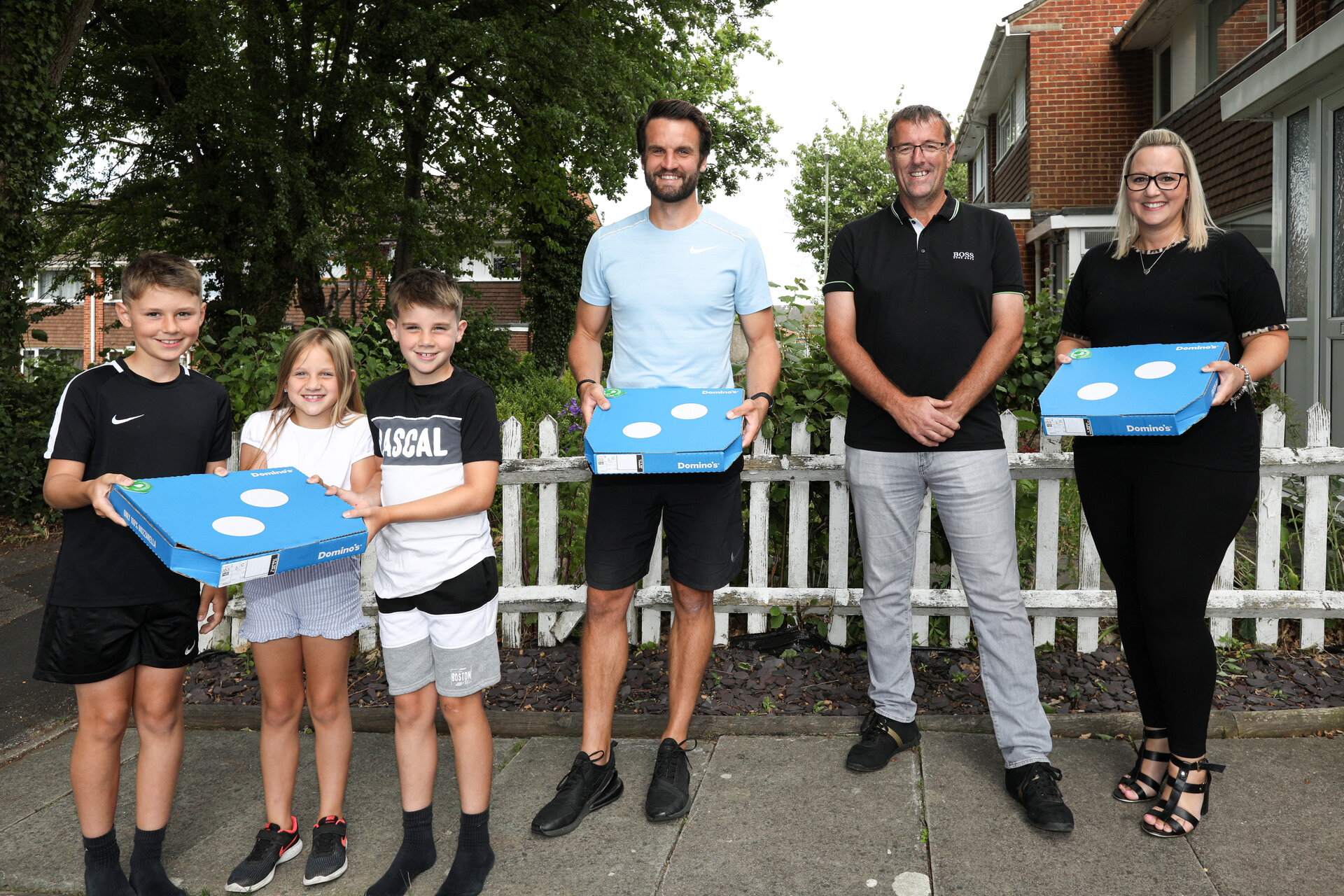 Gareth Byres and his wife and children with Matt. Southampton icon and Saints Foundation ambassador Matt le Tissier presented Domino's pizzas to Saints Foundation volunteers Picture: Chris Moorhouse Tuesday 7th July