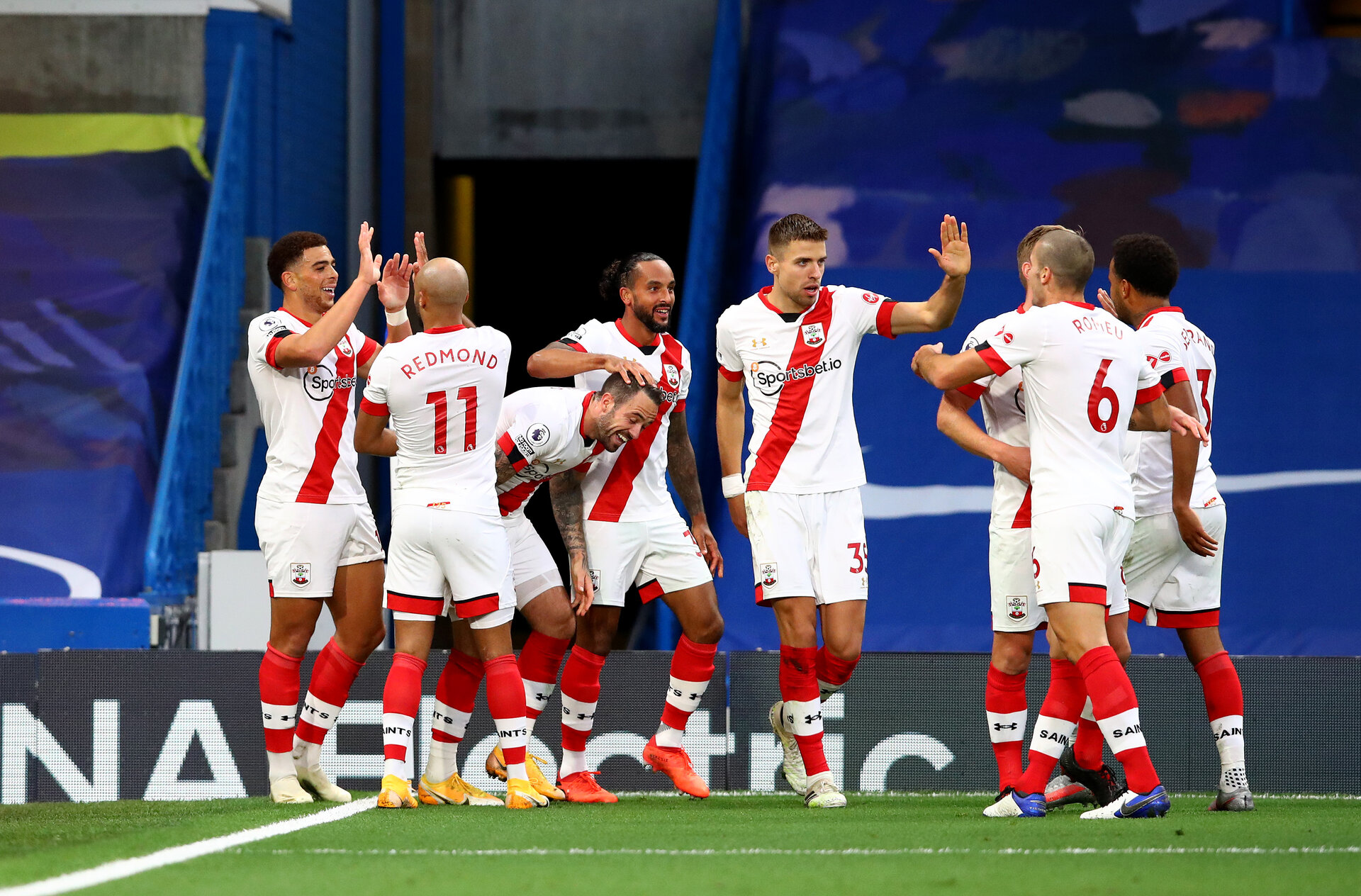 LONDON, ENGLAND - OCTOBER 17: Che Adams(L) of Southampton celebrates with his team mates during the Premier League match between Chelsea and Southampton at Stamford Bridge on October 17, 2020 in London, England. Sporting stadiums around the UK remain under strict restrictions due to the Coronavirus Pandemic as Government social distancing laws prohibit fans inside venues resulting in games being played behind closed doors. (Photo by Matt Watson/Southampton FC via Getty Images)