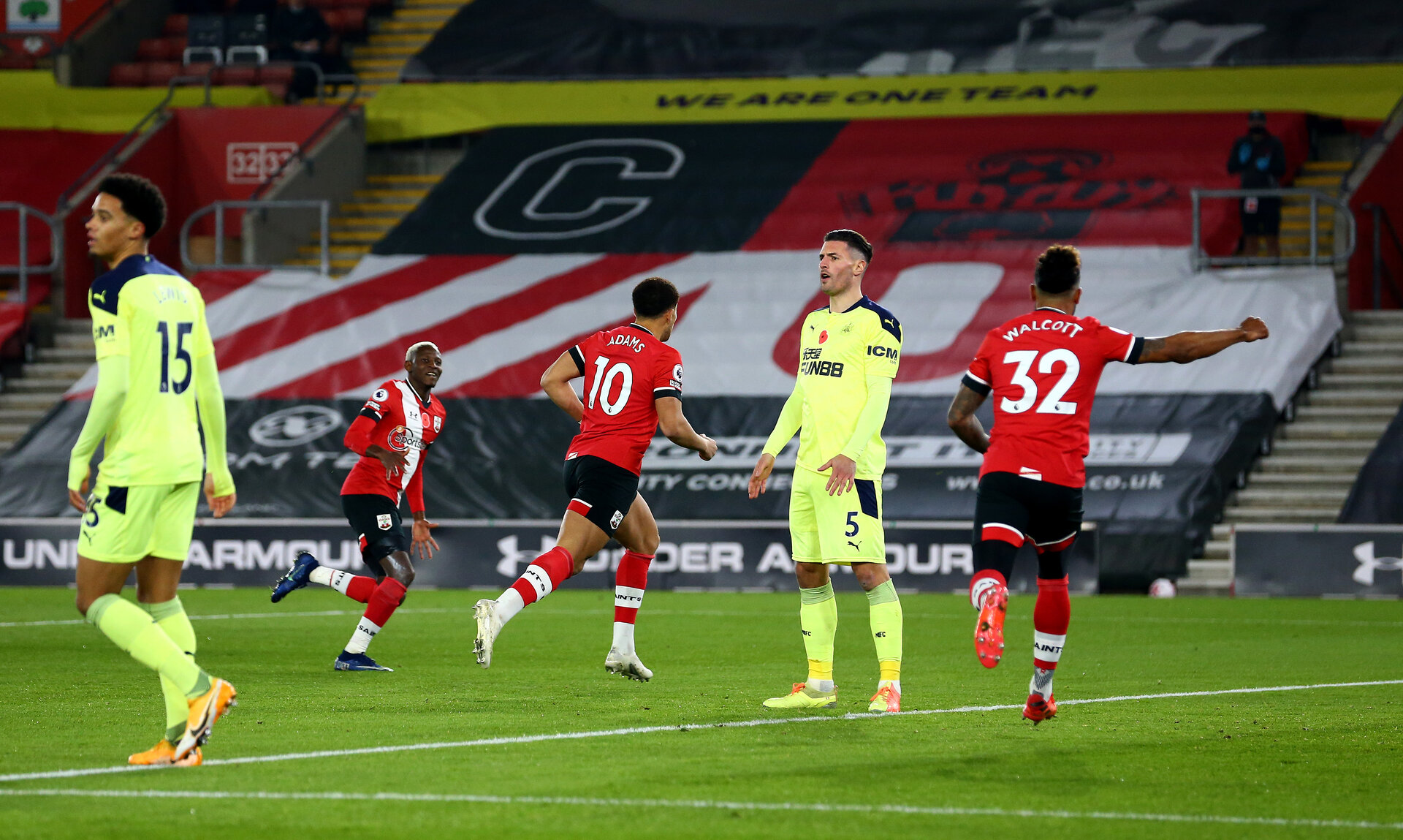 SOUTHAMPTON, ENGLAND - NOVEMBER 06: Che Adams(centre) of Southampton celebrates after opening the scoring during the Premier League match between Southampton and Newcastle United at St Mary's Stadium on November 06, 2020 in Southampton, England. Sporting stadiums around the UK remain under strict restrictions due to the Coronavirus Pandemic as Government social distancing laws prohibit fans inside venues resulting in games being played behind closed doors. (Photo by Matt Watson/Southampton FC via Getty Images)
