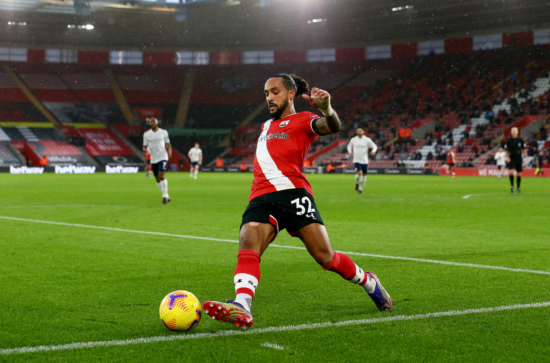 SOUTHAMPTON, ENGLAND - DECEMBER 19: Theo Walcott of Southampton during the Premier League match between Southampton and Manchester City at St Mary's Stadium on December 19, 2020 in Southampton, England. A limited number of fans (2000) are welcomed back to stadiums to watch elite football across England. This was following easing of restrictions on spectators in tiers one and two areas only. (Photo by Matt Watson/Southampton FC via Getty Images)