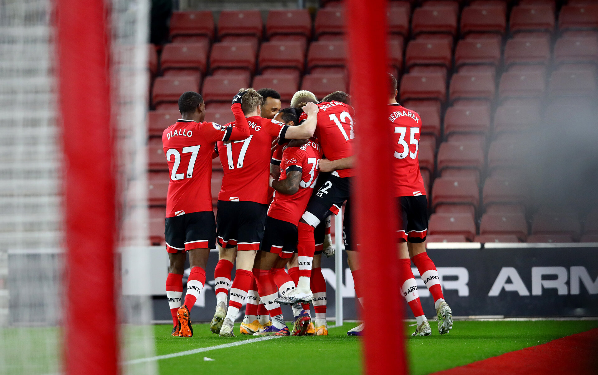SOUTHAMPTON, ENGLAND - JANUARY 04: Southampton players celebrate after Danny Ings(obscure) opens the scoring during the Premier League match between Southampton and Liverpool at St Mary's Stadium on January 04, 2021 in Southampton, England. (Photo by Matt Watson/Southampton FC via Getty Images)