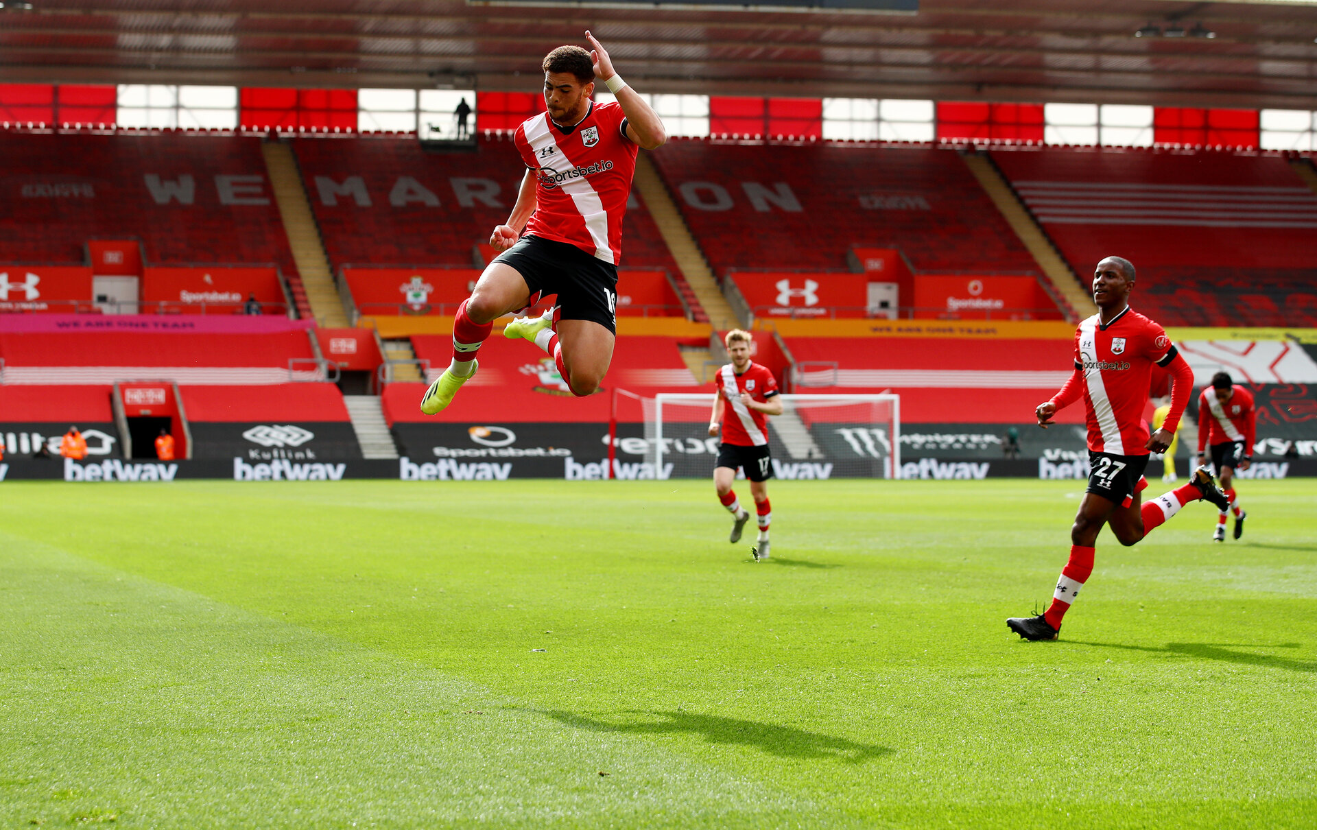 SOUTHAMPTON, ENGLAND - MARCH 14: Che Adams of Southampton celebrates after scoring to make it 1-1 during the Premier League match between Southampton and Brighton & Hove Albion at St Mary's Stadium on March 14, 2021 in Southampton, England. Sporting stadiums around the UK remain under strict restrictions due to the Coronavirus Pandemic as Government social distancing laws prohibit fans inside venues resulting in games being played behind closed doors. (Photo by Matt Watson/Southampton FC via Getty Images)