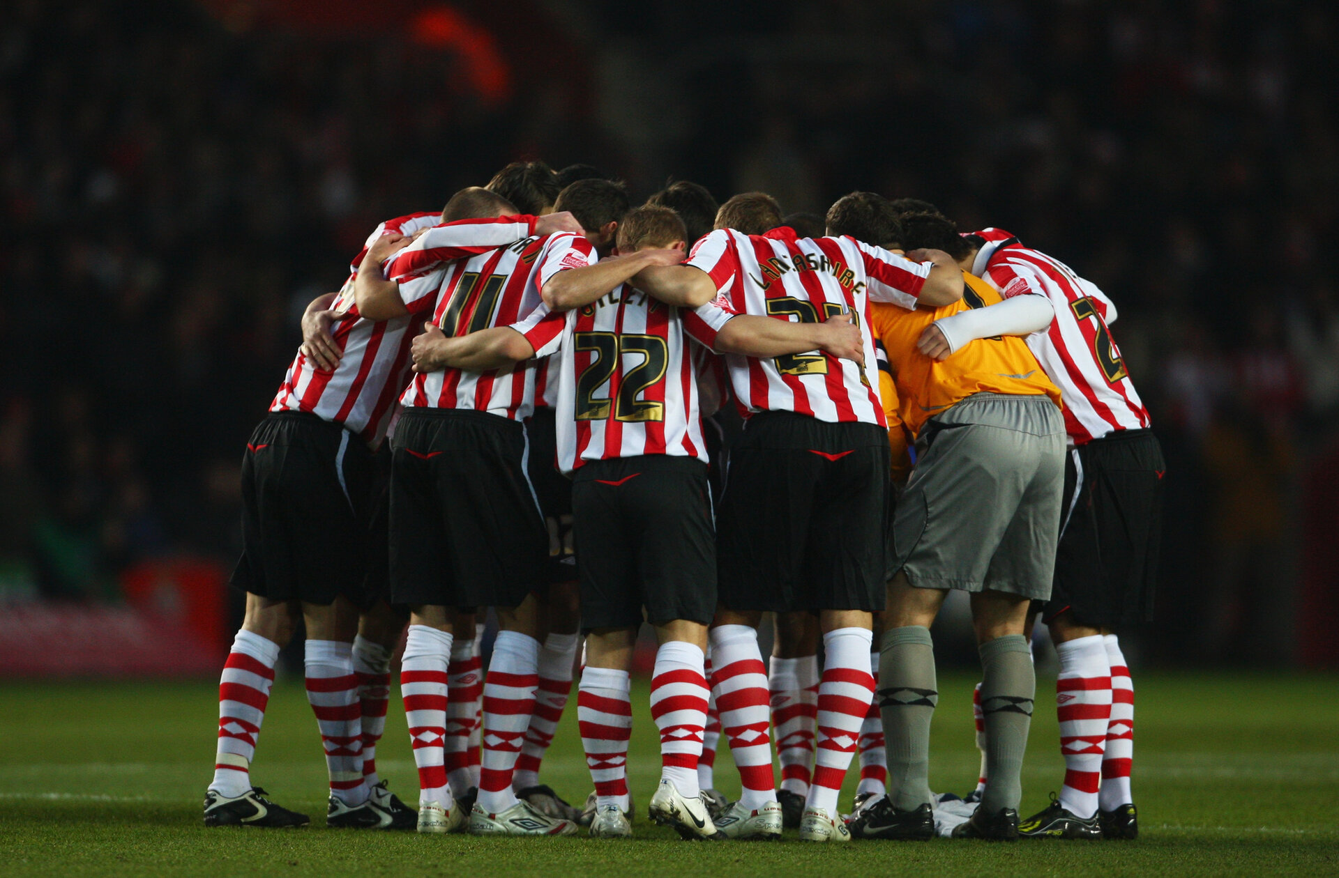 SOUTHAMPTON, UNITED KINGDOM - JANUARY 04:  Southampton players huddle prior to the FA Cup Sponsored by E.on 3rd Round  match between Southampton and Manchester United at St Mary's Stadium on January 4, 2009 in Southampton, England.  (Photo by Phil Cole/Getty Images)